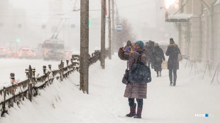 Город заносит: новосибирцев предупредили о том, что снегопад затянется