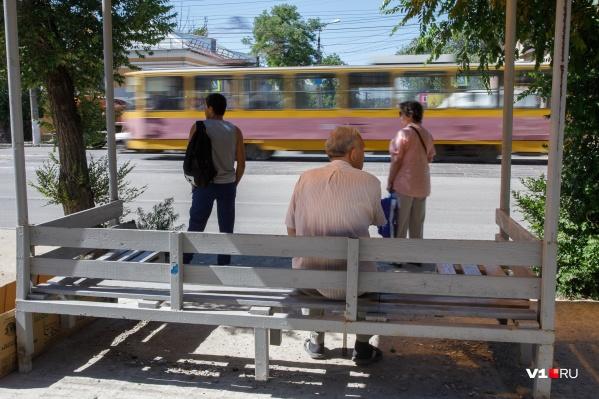Волгоградцам вновь придётся спасаться от жары в редкой тени остановок