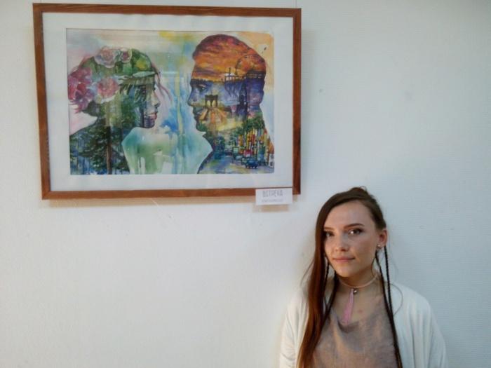 Ксения Ядрышникова на фоне одной из своих работ