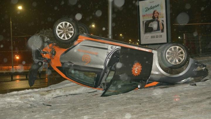 «Второй случай за неделю»: водитель разбил и перевернул на крышу «Солярис» из каршеринга