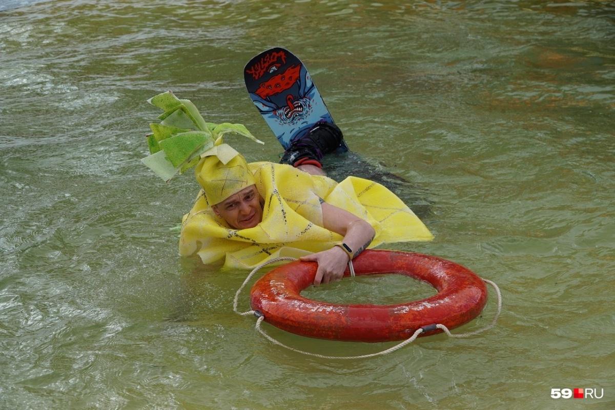 Человек-ананас со спасательным кругом
