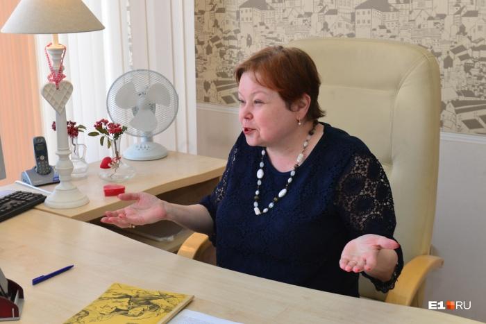 Директор школы объясняет, что на Шинном всегда было много детей, не говорящих на русском