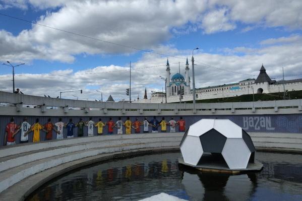 На набережной изображены игроки команд, матчи которых проходили в Казани