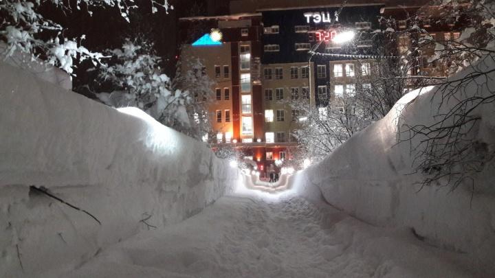 Выпавший в Норильске снег скрыл уличные фонари