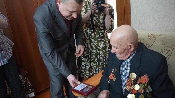 Числился пропавшим без вести: ветерану из Челябинской области вернули медаль, утерянную в годы войны
