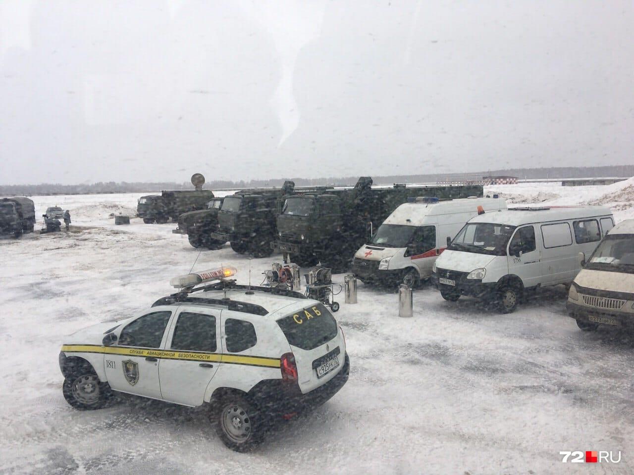 На военных грузовиках доставят багаж прибывших из Китая