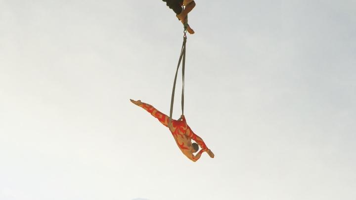 Новосибирец запустил в небо гимнастку — она показала трюки на высоте 300 метров