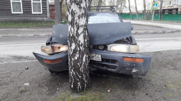 «Тойота» влетела в дерево после ДТП на Героев Революции: пострадал мужчина