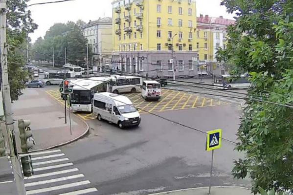 На перекрестке улиц Первомайской и Ульяновых нанесена еще одна «вафельная» разметка
