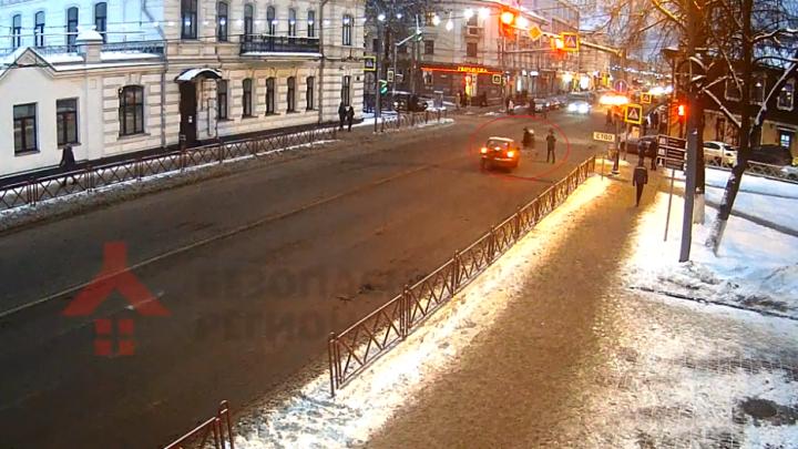 Нёсся на красный прямо на пешеходов: появилось видео, как «Матиз» сбивает маму с дочкой