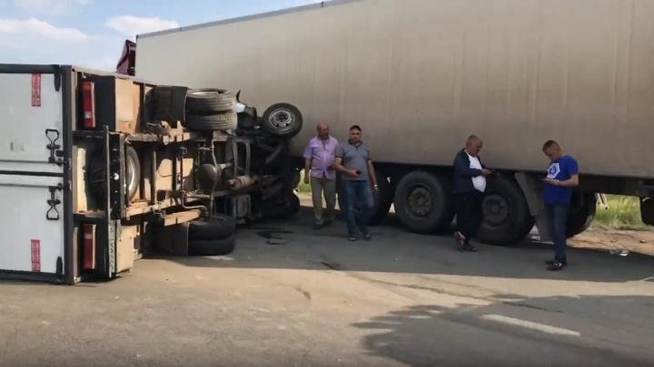«Перекрыта половина дороги»: в Самарской области на трассе М-5 перевернулся грузовик