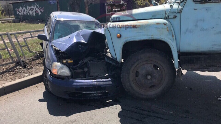 Уснувший водитель грузовика жестко протаранил «Хонду» с семьёй на правобережье