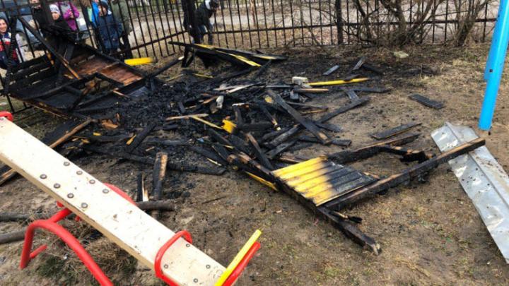 «Маленький вандал»: в Брагино ребёнок поджёг домик на детской площадке