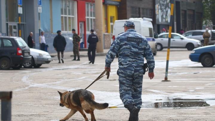 Письма о бомбах прислали по электронке: репортаж об эвакуации торговых центров и рынков Самары