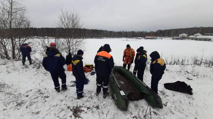 В Екатеринбурге спасатели эвакуировали рыбака, провалившегося под лед на затопленном карьере