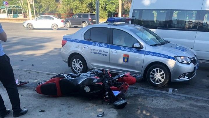 «Врезался в маршрутку и сделал сальто»: мотоцикл и микроавтобус столкнулись в Волгограде