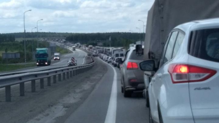 «Остановили проезд сразу по обеим полосам»: сотни машин замерли в пробке на М-5 из-за дорожных работ