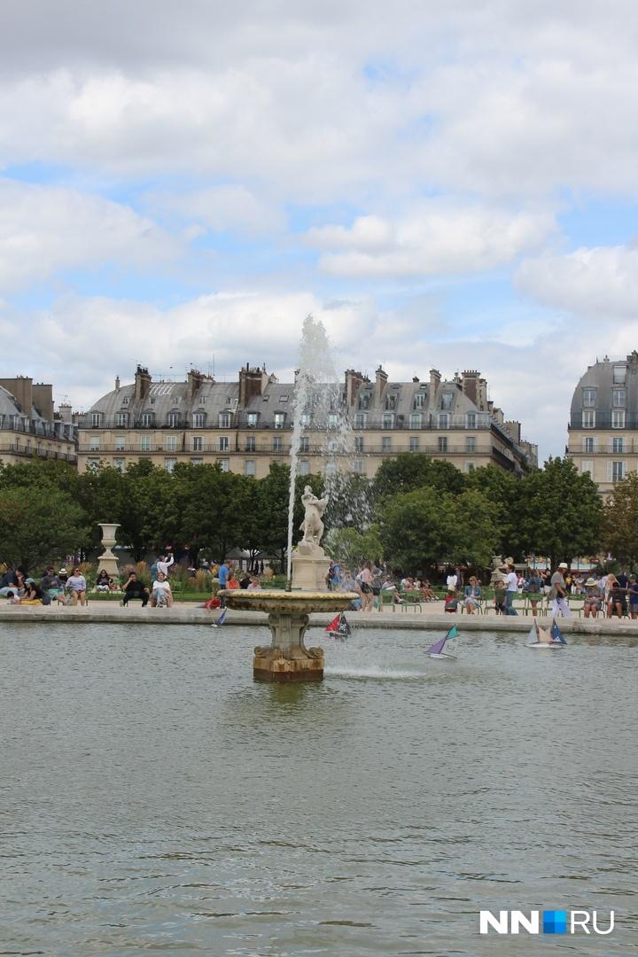 В Лувре много красивых фонтанов, но их включают только периодично — экономят воду<br>
