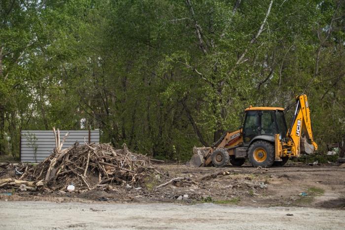 На площадке уже снесли дома по ул. Аренского, 1 и Аренского, 2 —сейчас с территории убирают мусор и готовятся приступить к устройству котлована