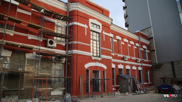 Здание Краеведческого музея в Волгограде перекрасят в кирпично-бордовый цвет прошлого