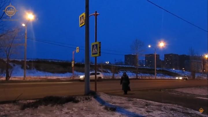 В «Солнечном» сняли, как водители уступают дорогу пешеходам на «зебре», где насмерть сбили девушку