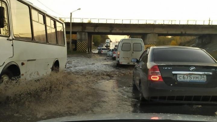 В Волжском из-за прошедшего ливня утонула автодорога