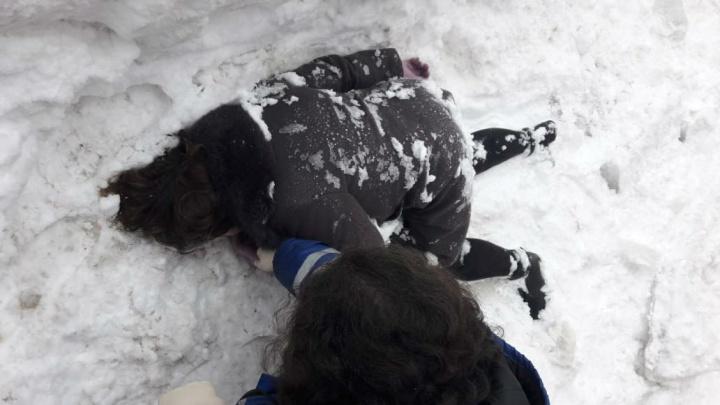 Сын женщины, на которую с крыши рухнула глыба снега, хочет вывести чиновников на чистую воду