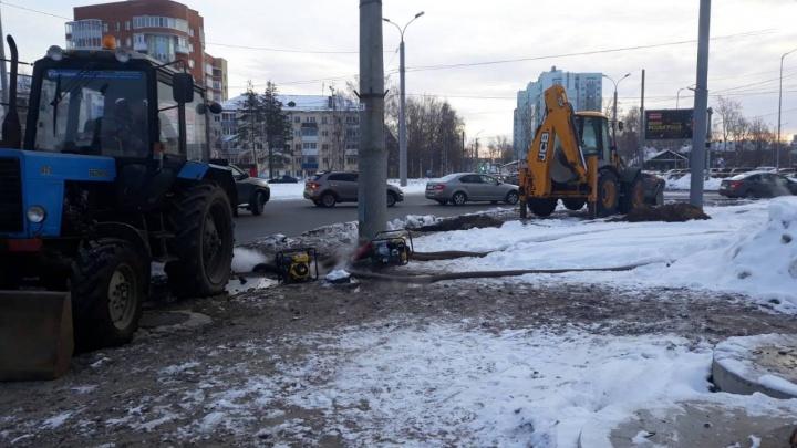 Форточки не открывать: в центре Архангельска устраняют аварию на теплотрассе