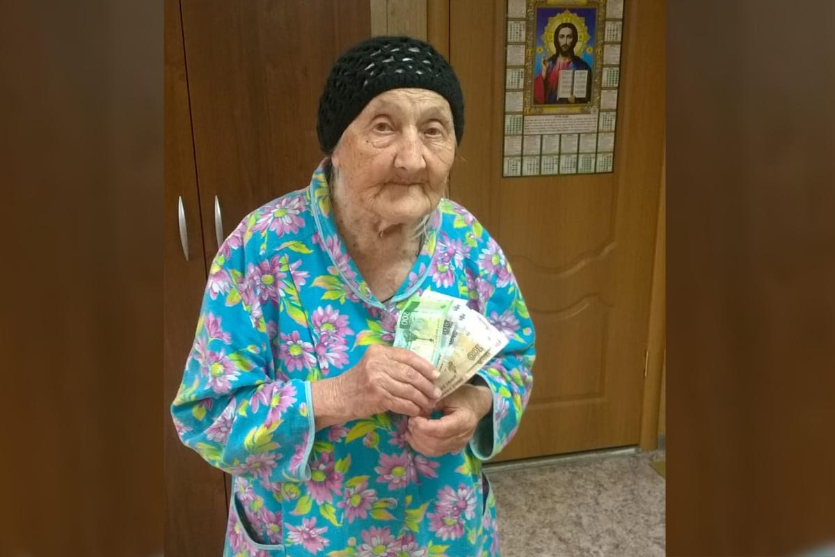 Односельчане собрали для пенсионерки деньги и передали в приют