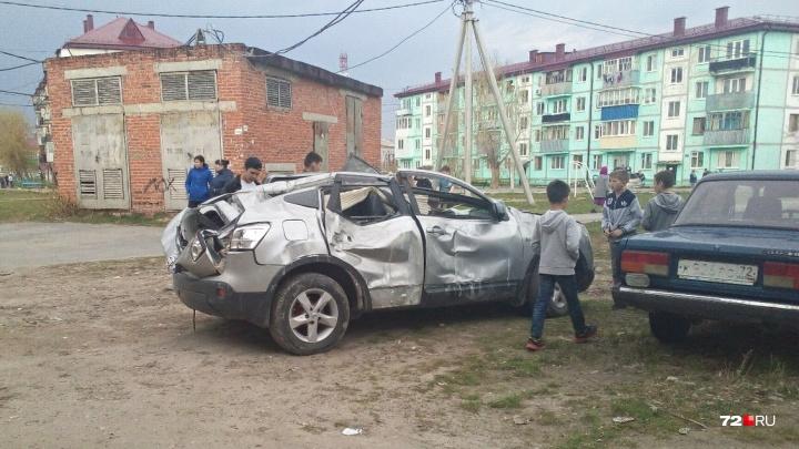 На машину рухнули кирпичи, пострадала водитель. За это сотрудник каскаринской УК ответит в суде