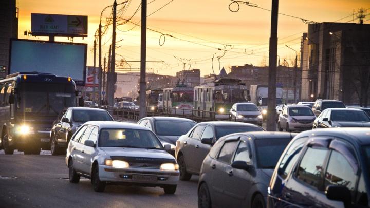 «Народ требует виновника торжества»: в часовых пробках водители развлекают себя шутками