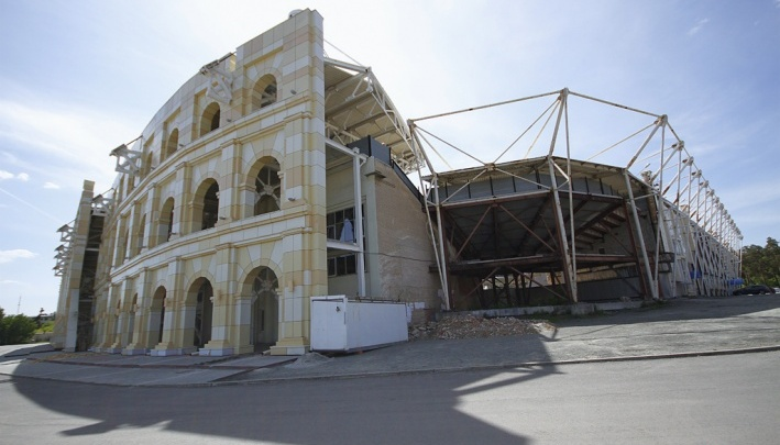 Фасад челябинского стадиона, закупка поля для которого обернулась скандалом, отремонтируют к лету