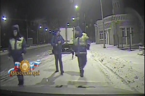 Вместо скорой полицейские усадили мужчину в патрульный автомобиль и увезли в больницу