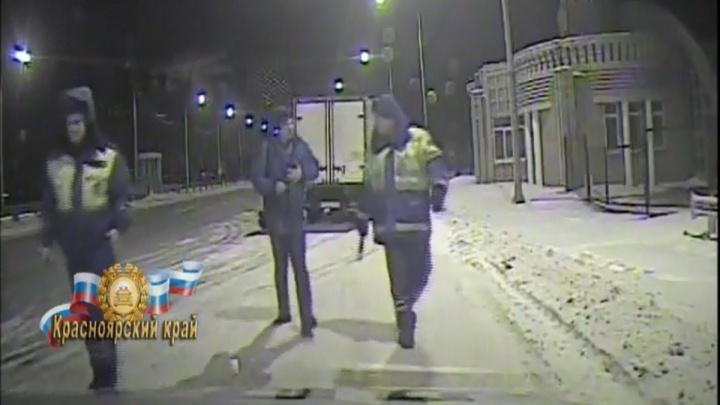 Полицейские спасли на трассе водителя с болью в сердце