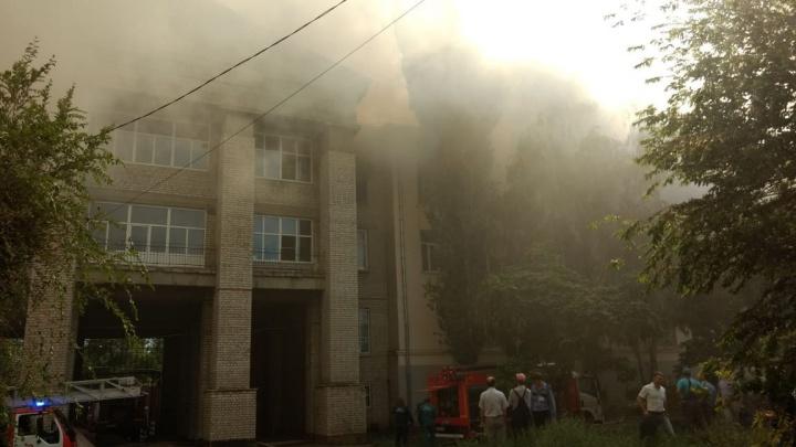 В МЧС назвали возможную причину пожара в аграрном университете Волгограда