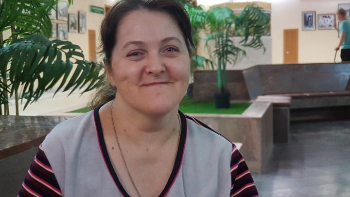 Екатеринбурженке, которая рисует картины, держа кисточку в зубах, сделали операцию на руке