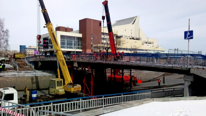 Названа новая дата сдачи пешеходного моста около БКЗ