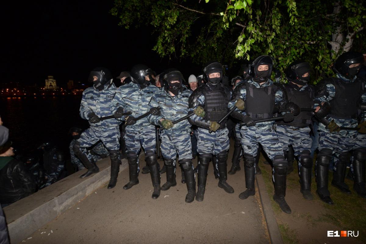 Два дня битвы за сквер: подборка самых огненных фото с акций у Драмтеатра