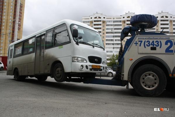 Этому автобусу безопаснее передвигаться вот так