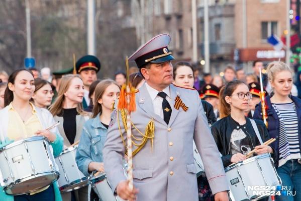 Парад стартовал в Красноярске на площади Революции