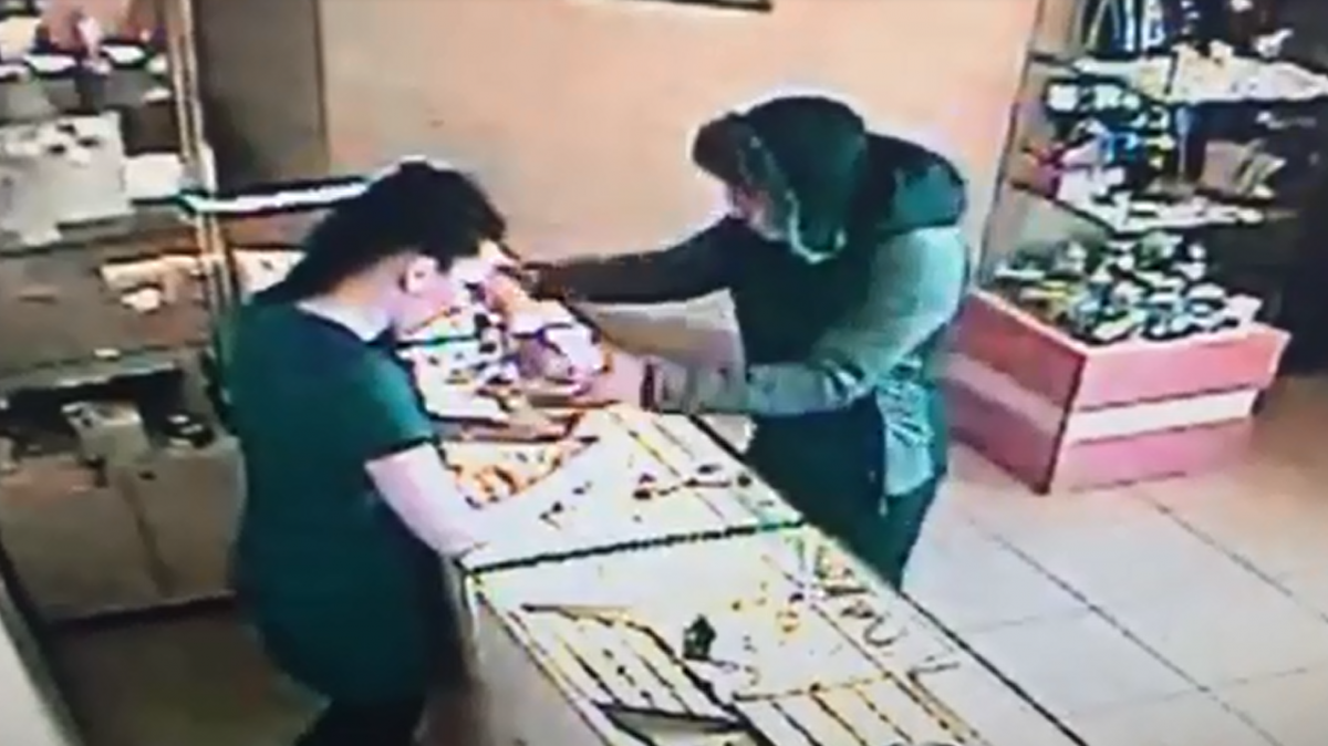 В мгновение ока магнитогорец вынес из магазина украшения на 120 тысяч рублей. Часть продал, часть сдал в ломбард