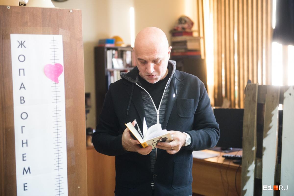 Писатель признался, что свои книги перечитывает очень редко, а вот книги других авторов читает часто