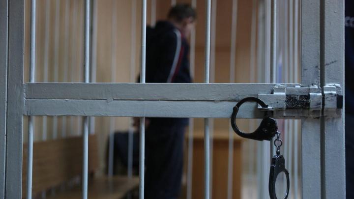 Новосибирца отправили в колонию за покупку пистолетов на парковке ТЦ «Леруа Мерлен»