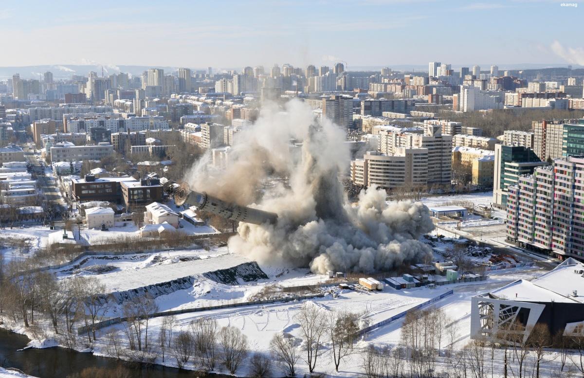 Картина сноса для обычного человека —облако пыли и падающая башня