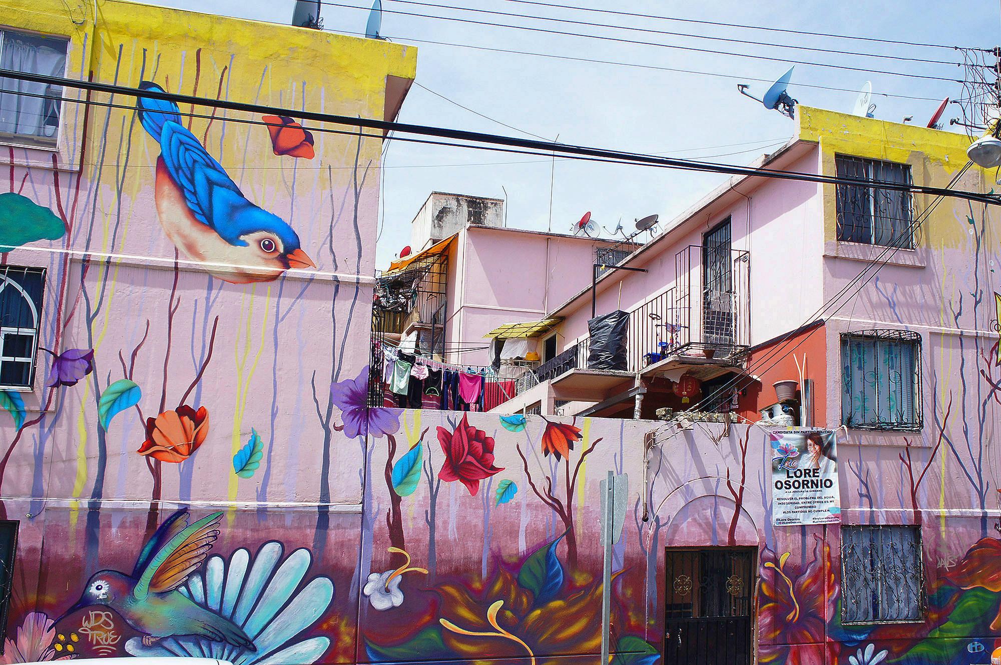 Многие дома расписаны граффити