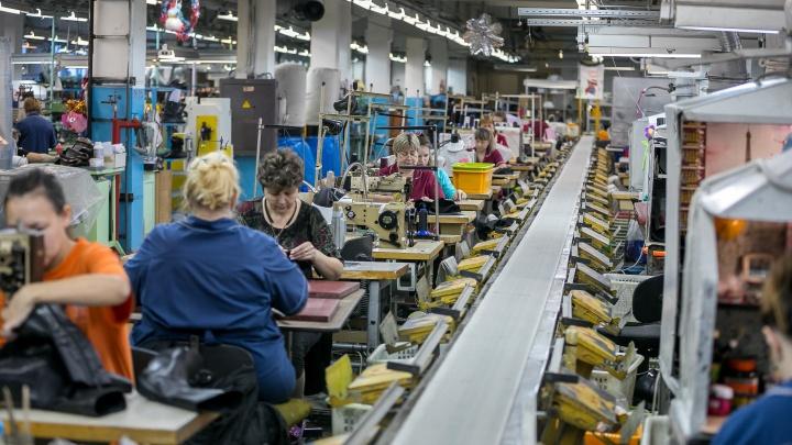 «Работаем по старой советской системе»: репортаж с производства фабрики обуви в Красноярске