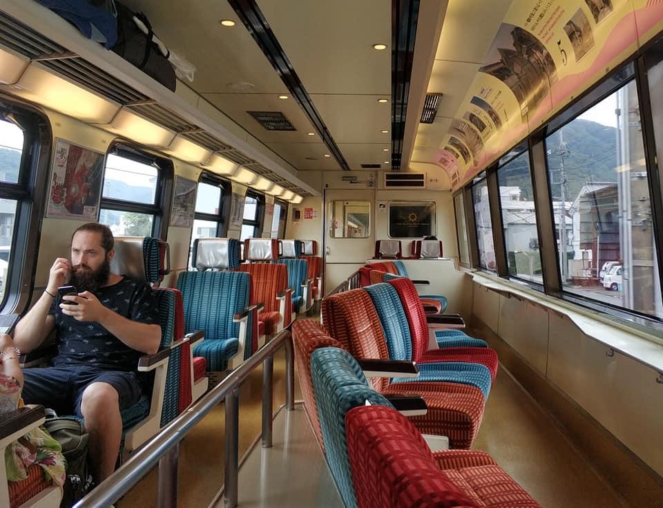 Часть кресел в этом вагоне развернута к окнам