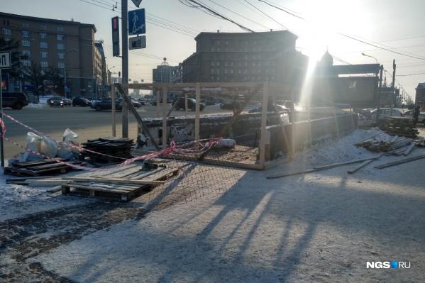 Сегодня утром закрыли вход в переход со стороны Первомайского сквера