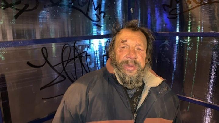 «Отлёживался на улице»: бомжа, над которым блогеры поставили эксперимент, избили
