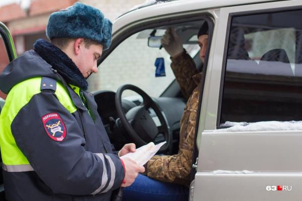 Сотрудники ГИБДД остановили водителя маршрутки, но задержали пассажира